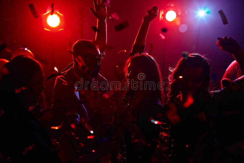 Dansa i konfettier arkivbilder