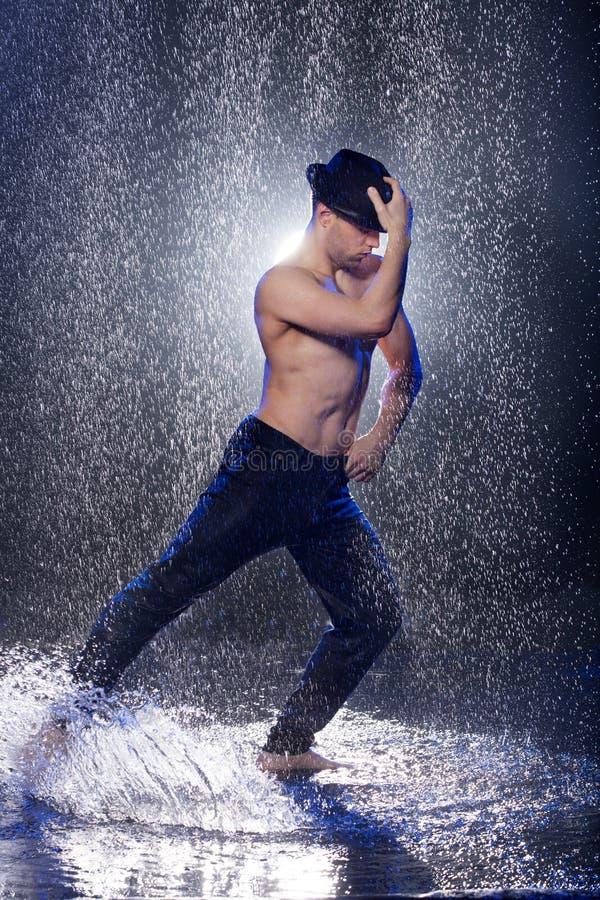 Dansa i regnet. royaltyfri bild