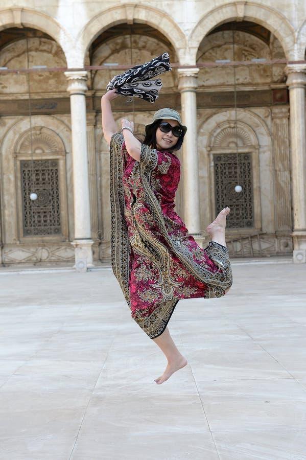 dansa lycklig isolerad vit kvinna royaltyfria foton