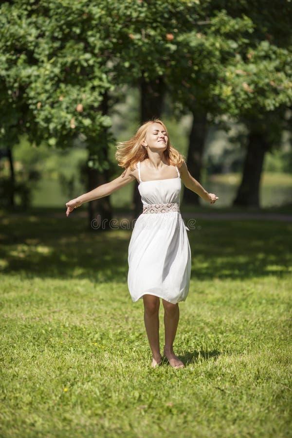 dansa lycklig isolerad vit kvinna royaltyfri foto