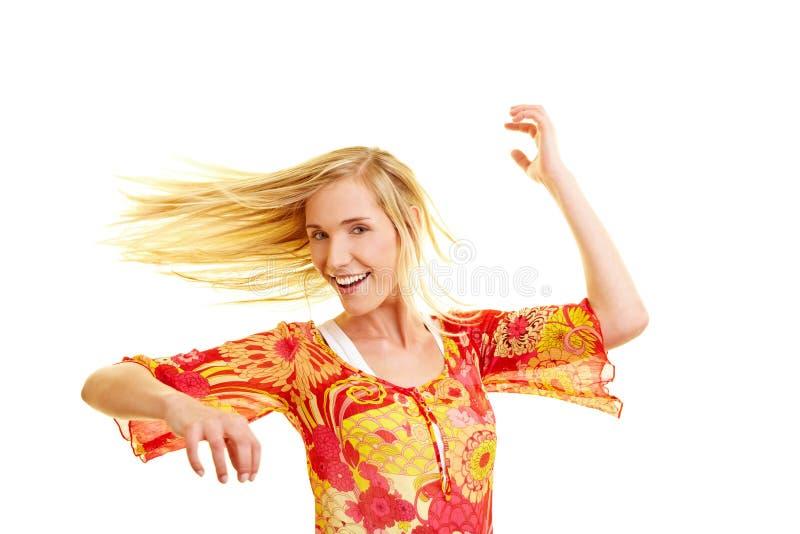 dansa lycklig kvinna arkivfoto
