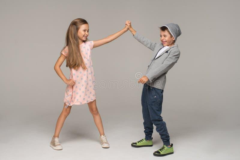 dansa lyckliga ungar fotografering för bildbyråer