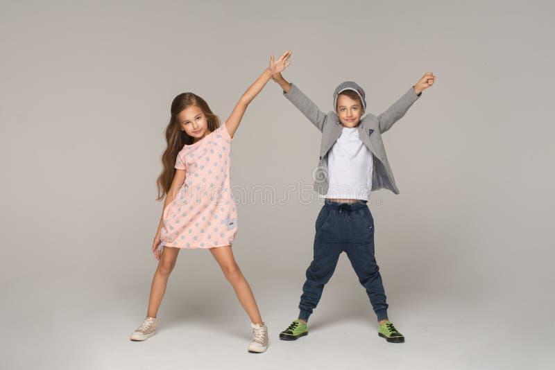 dansa lyckliga ungar arkivfoton