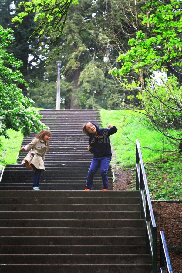 dansa lyckliga ungar arkivfoto