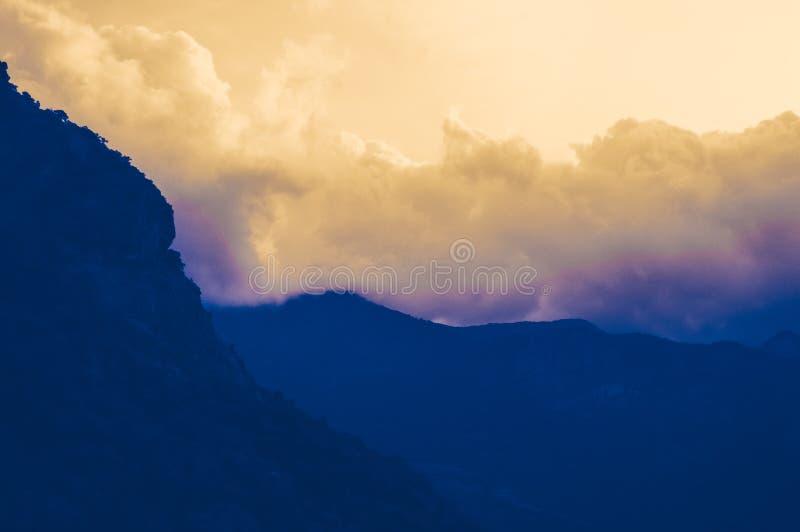 Dansa moln under solnedgången som ses från Valparai arkivbild
