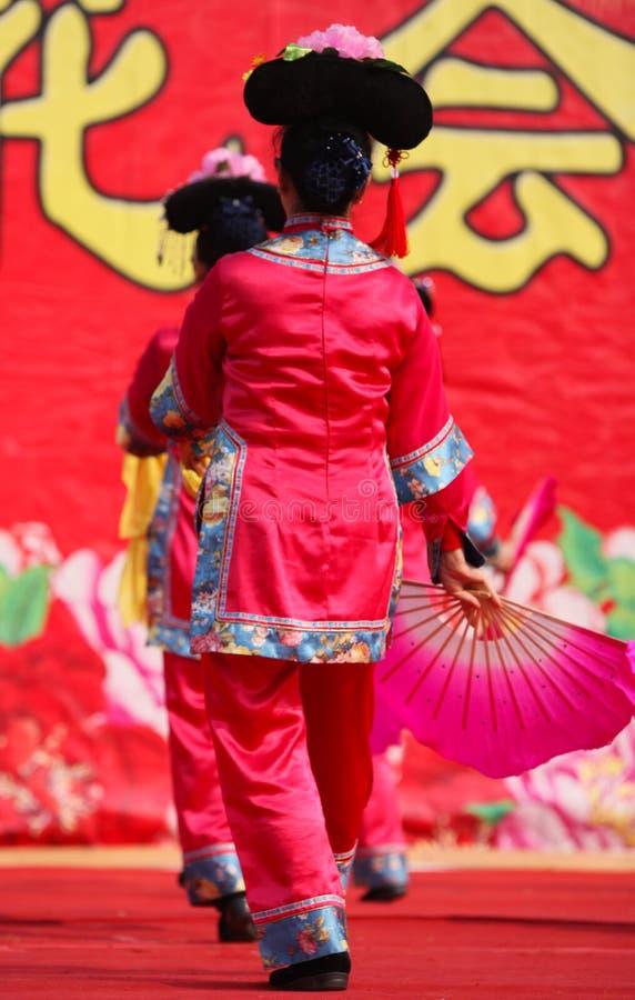 Dansa på kinesiskt nytt år royaltyfria bilder