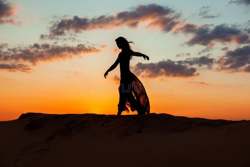 Dansa på natten på solnedgången arkivfoton