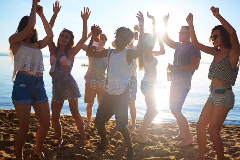 Dansa på sand royaltyfria bilder