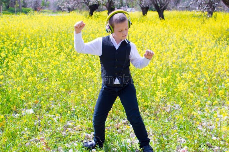 Dansa på våren fältet royaltyfria foton