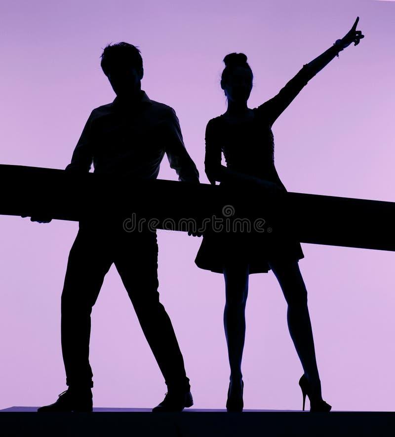 Dansa par som rymmer brädet royaltyfria bilder