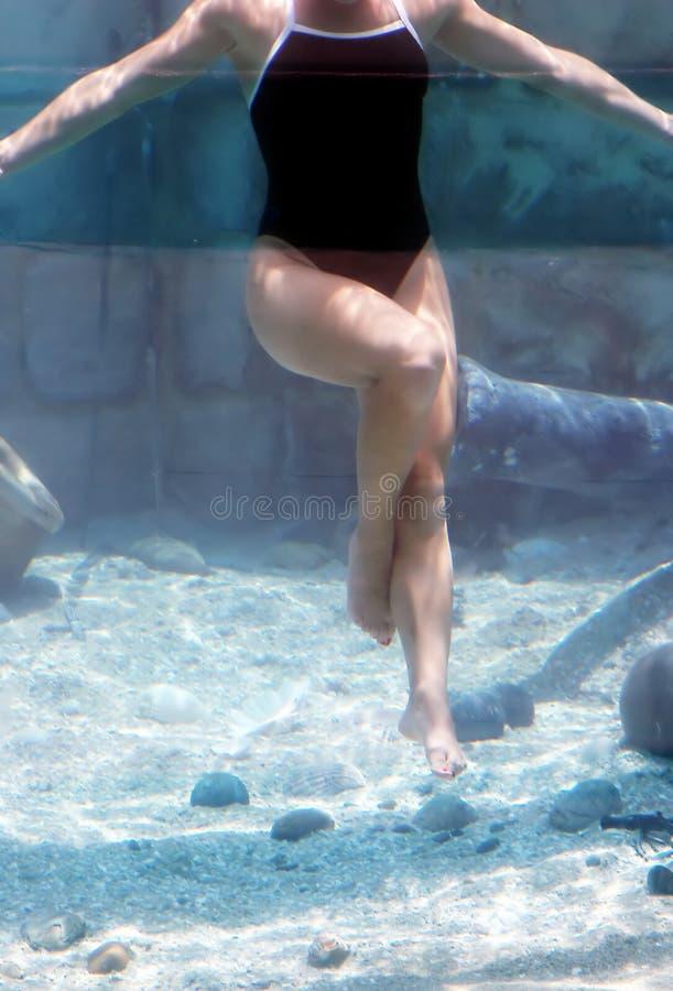 dansa som är undervattens- fotografering för bildbyråer