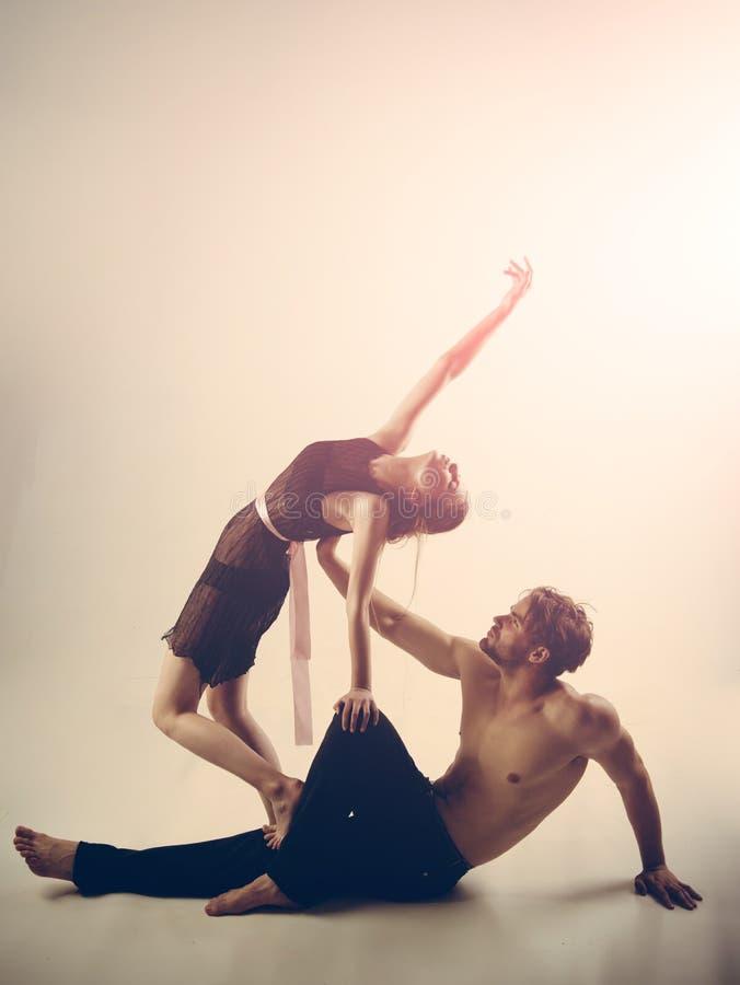 Dansa till rytmen av förälskelse Den unga kvinnan och mannen dansar förälskelse och romans Den muskulösa mannen och den gulliga k royaltyfri foto