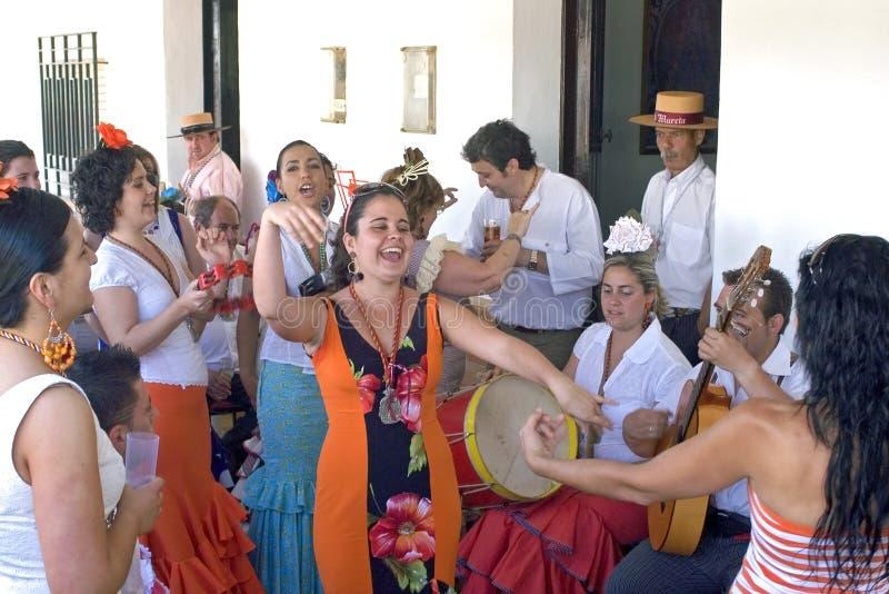 Dansant et faisant les pèlerins de musique, EL Rocio, Espagne image stock