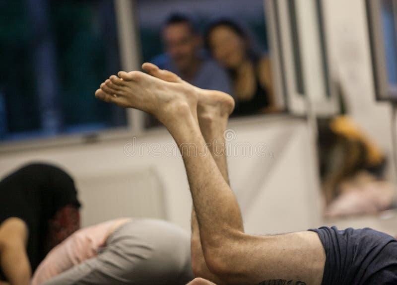dansare foots, ben, dacersben, barefoots i near golv för rörelse arkivfoto