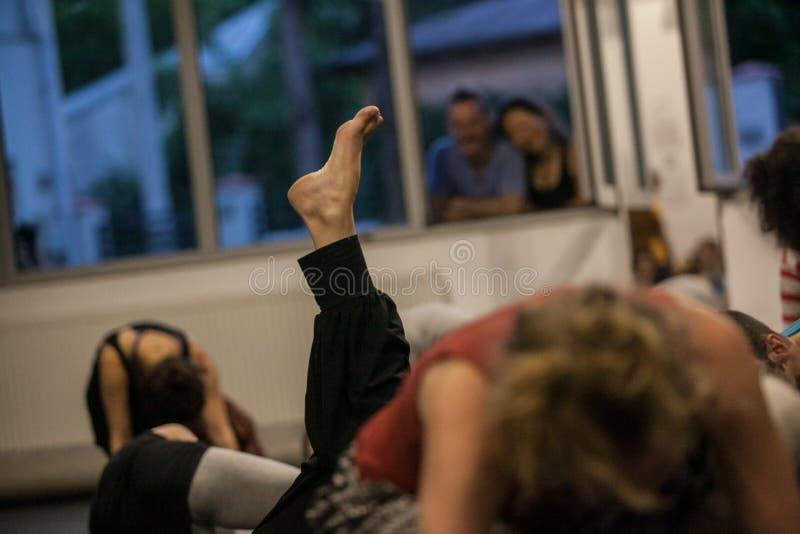 dansare foots, ben, dacersben, barefoots i near golv för rörelse royaltyfri fotografi