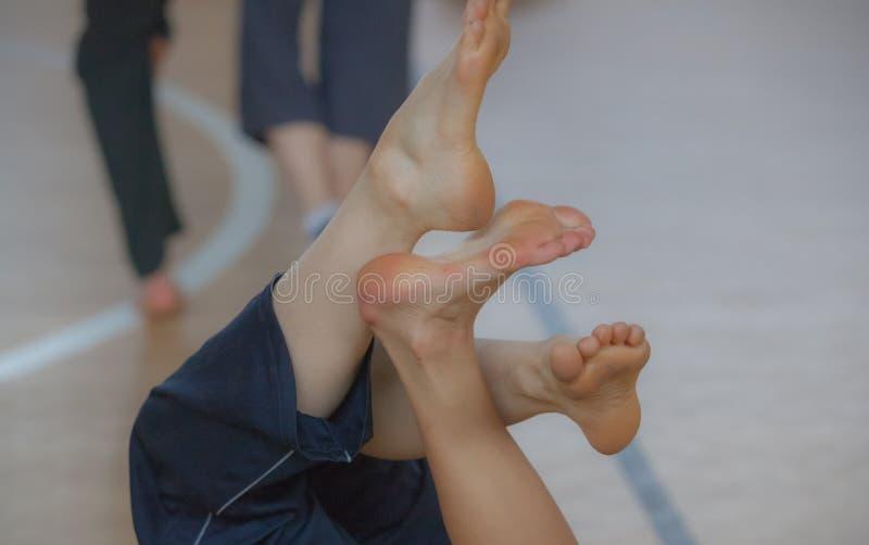 dansare foots, lägger benen på ryggen royaltyfria foton