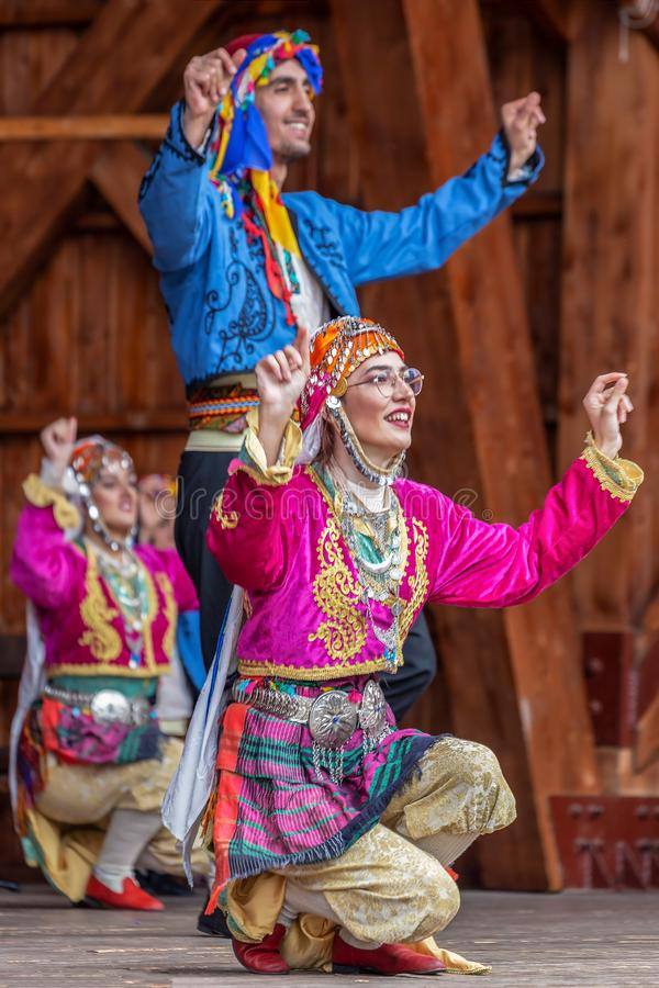 Dansare från Turkiet i traditionell dräkt royaltyfri bild