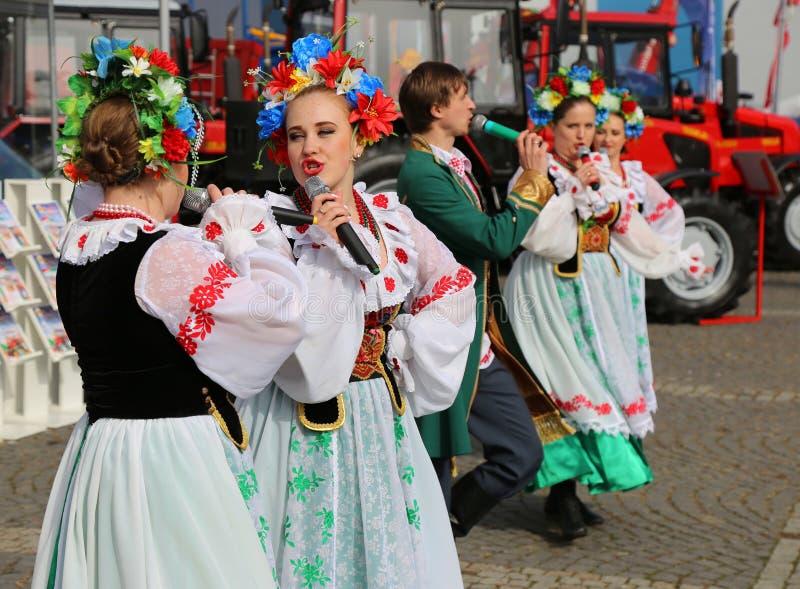 Dansare från Vitryssland i populära dräkter på den Indagra mässan 2017 arkivfoton