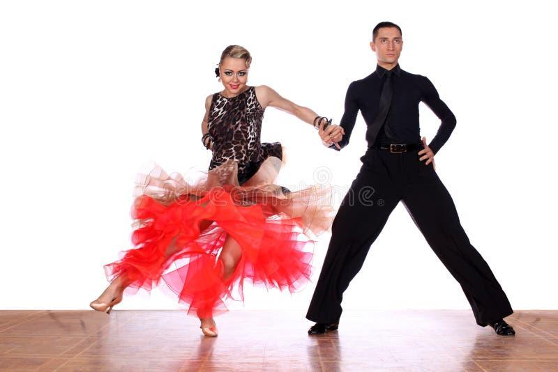 Dansare i balsal mot vit bakgrund arkivbilder