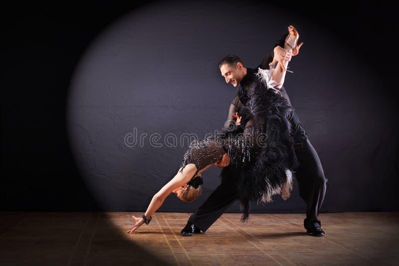 Dansare i balsalen som isoleras på svart bakgrund arkivfoto