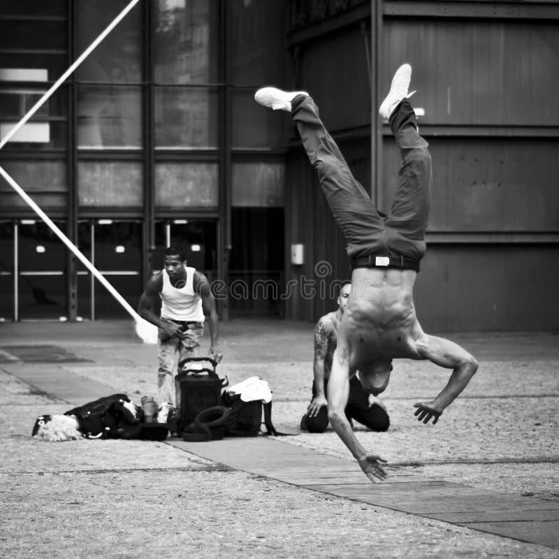Dansare i gata av paris på den Beaubourg fjärdedelen royaltyfria foton
