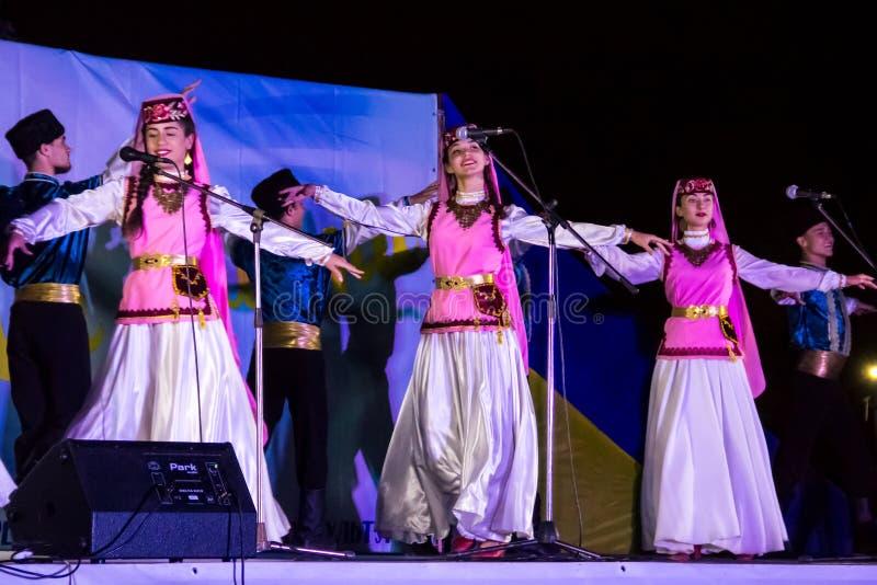 Dansare i turkiska traditionella kläder utför på etapp royaltyfri fotografi