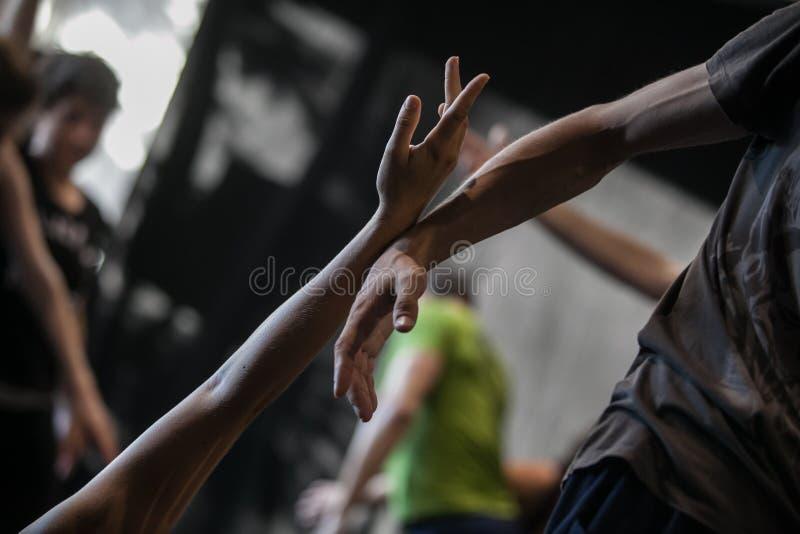 dansare improviserar på driftstopp arkivbild