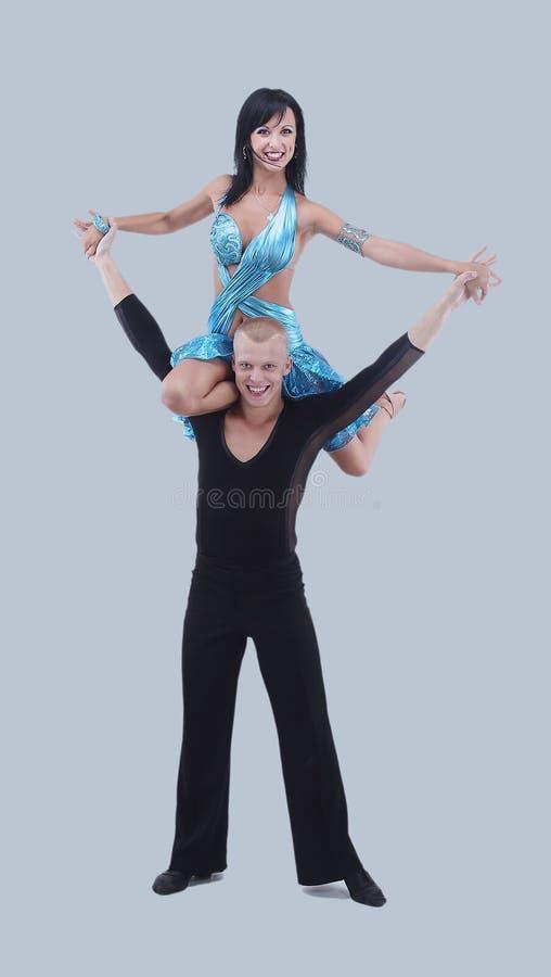 dansare isolerad posera white för latino Isolerat på grå bakgrund arkivbild