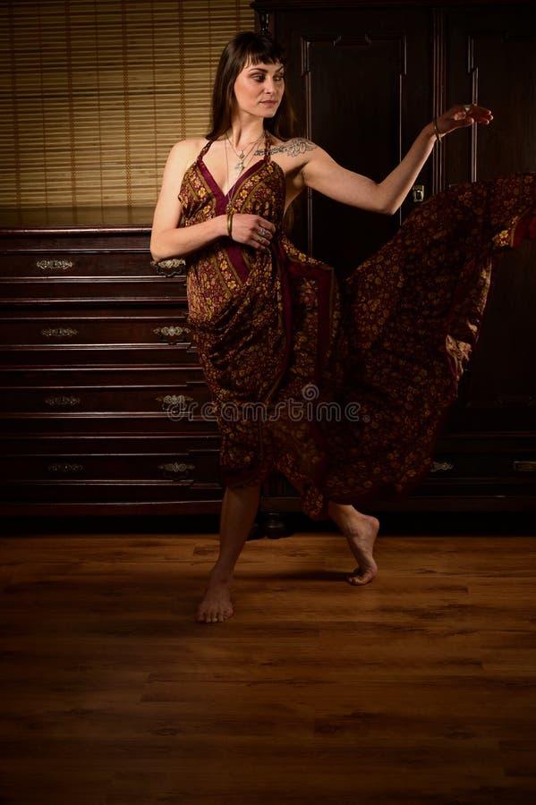 Dansare och sångare i zigensk klänningdans och posera för ung flicka på etapp arkivbild
