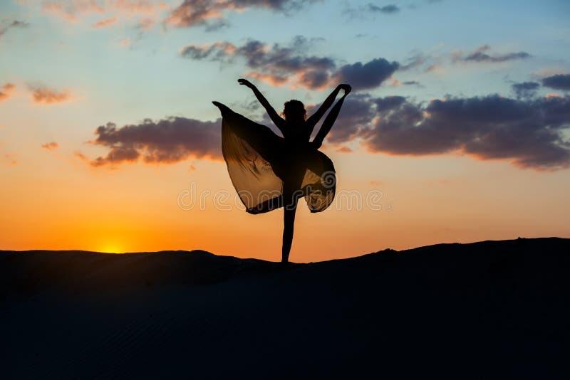 Dansare på solnedgången royaltyfri foto