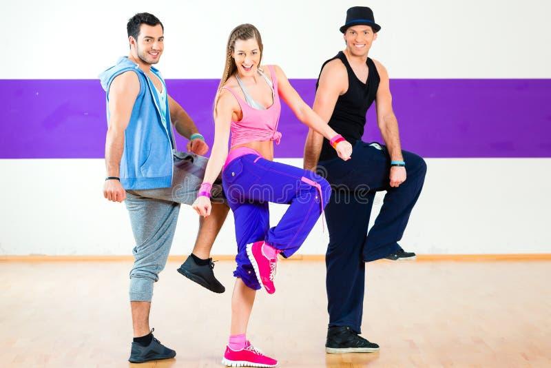 Dansare på Zumba konditionutbildning i dansstudio royaltyfri foto