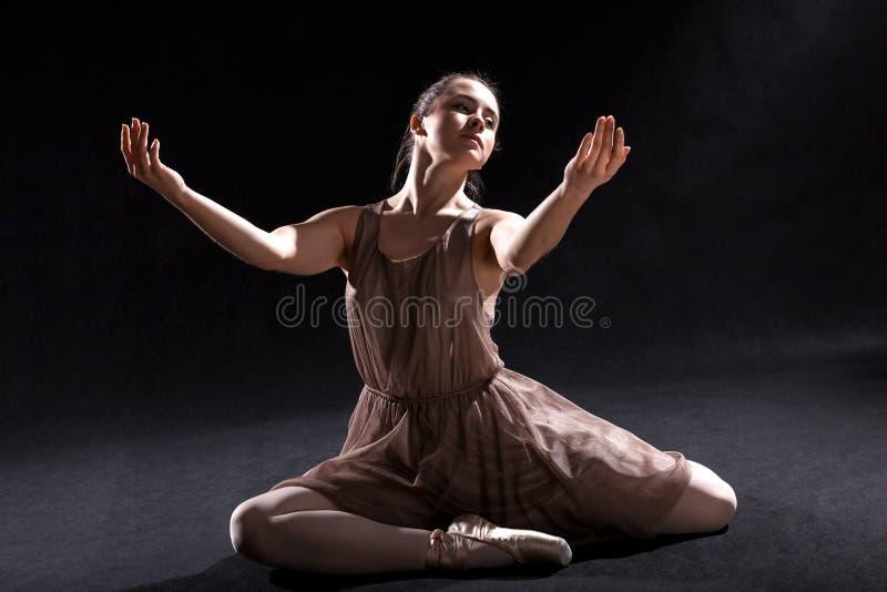Dansare som agerar på en etapp. royaltyfri foto