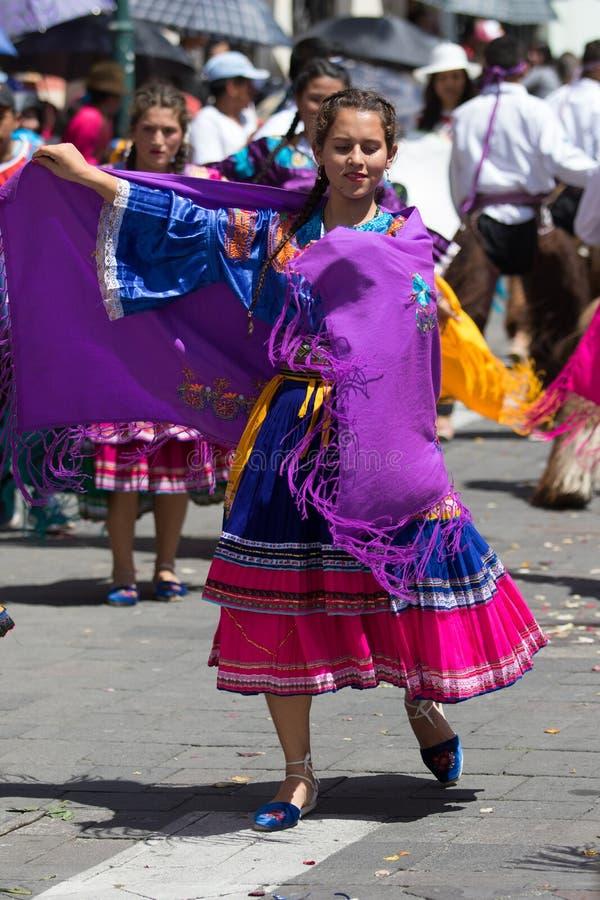 Dansare som bär den traditionella färgglade klänningen royaltyfri fotografi