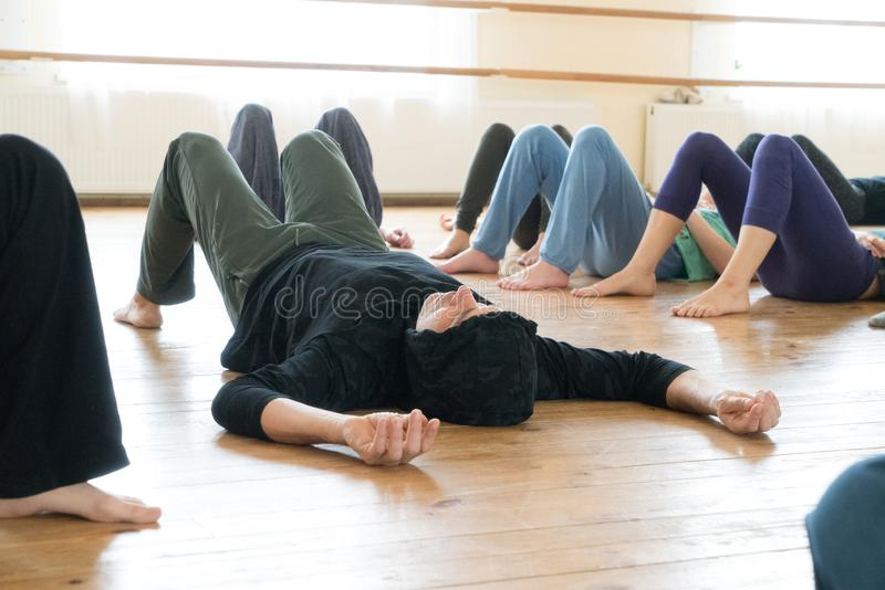 Dansare som ligger på golvet royaltyfri fotografi