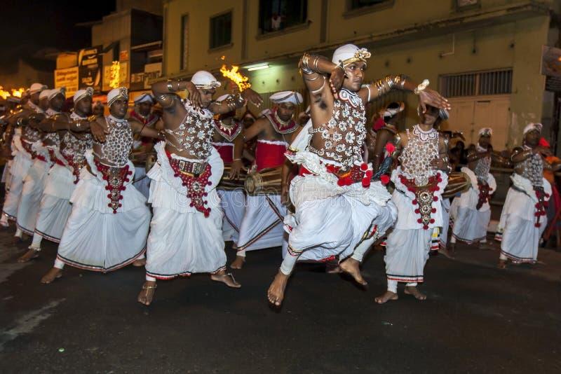 Dansare som perorming på Esalaen Perahera royaltyfria foton