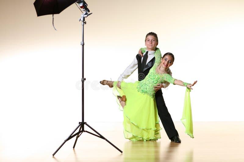 dansare som poserar studiobarn arkivfoto
