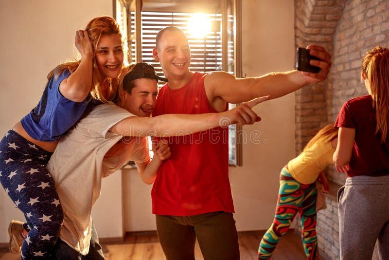 Dansare som tar selfie på smartphonen, medan ha gyckel efter drev fotografering för bildbyråer