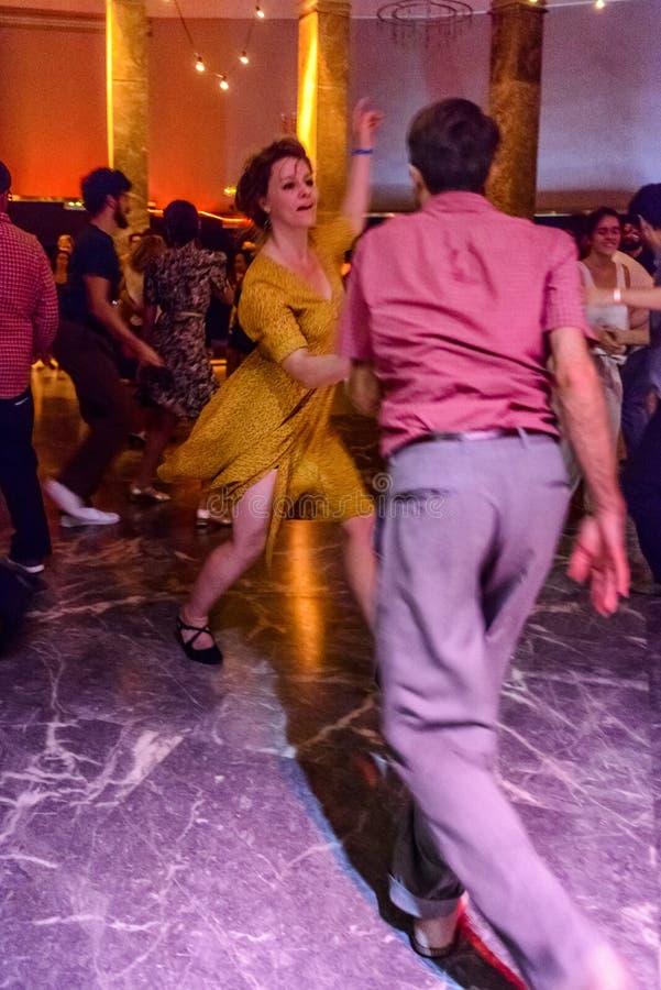 Dansare under `en 2017 världsdriftstopp`en och i Madrid Spanien royaltyfri bild