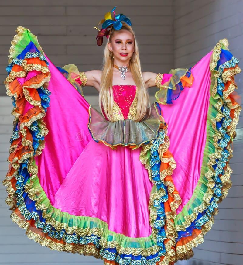 Dansarekvinna från Colombia i traditionell dräkt royaltyfria bilder
