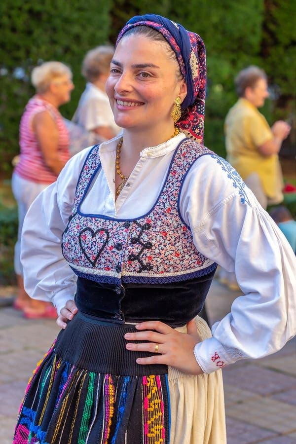 Dansarekvinna från Portugal i traditionell dräkt royaltyfri foto