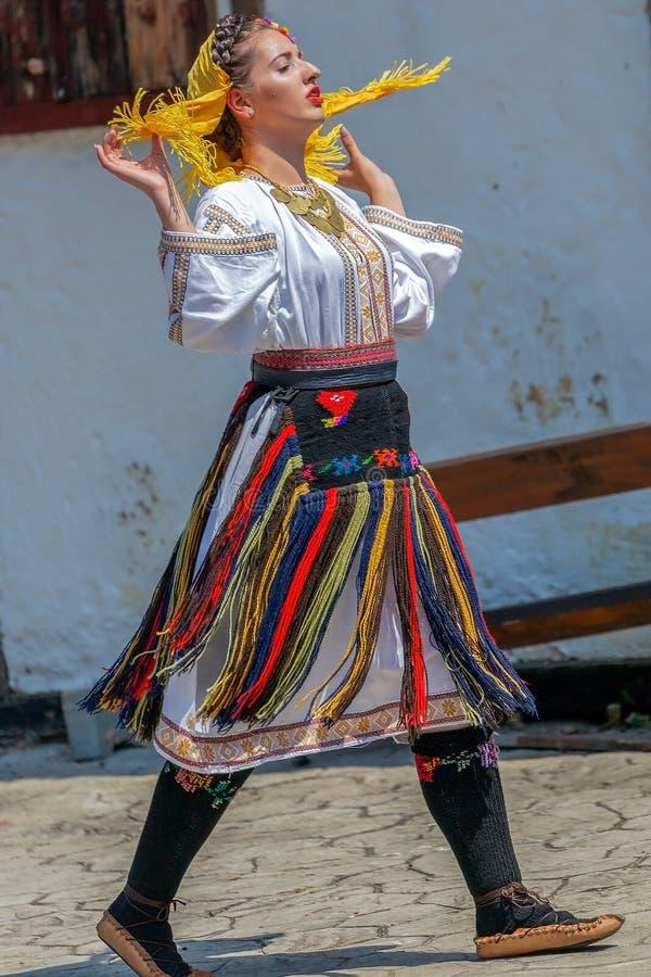Dansarekvinna från Serbien i traditionell dräkt royaltyfri foto