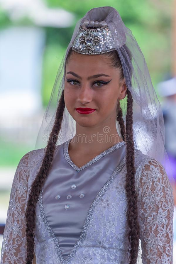 Dansarekvinna fr?n Georgia i traditionell dr?kt royaltyfria bilder