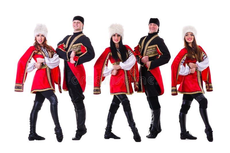 Dansarelag bärande folk Caucasian dräkter för en högländare royaltyfri bild