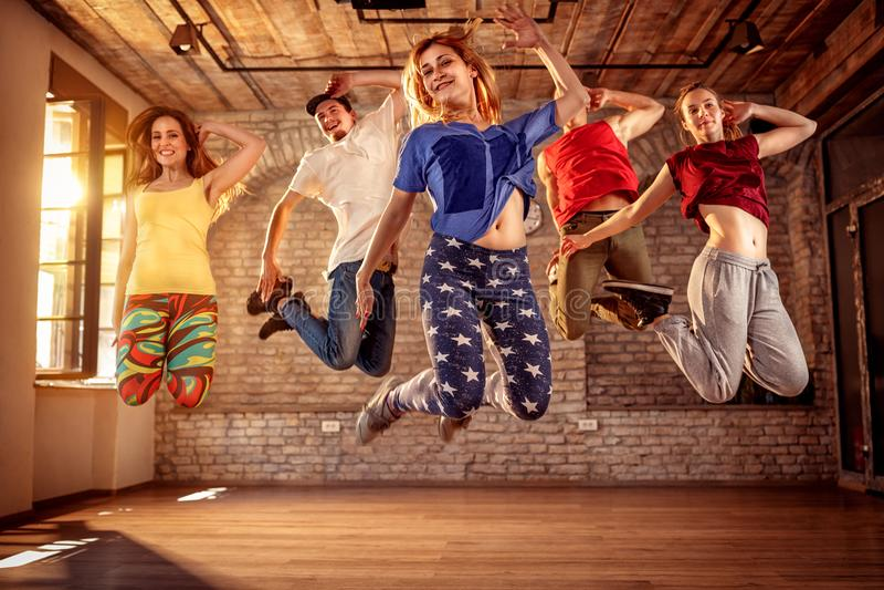 Dansarelag - dansarefolk som hoppar under musik royaltyfri foto