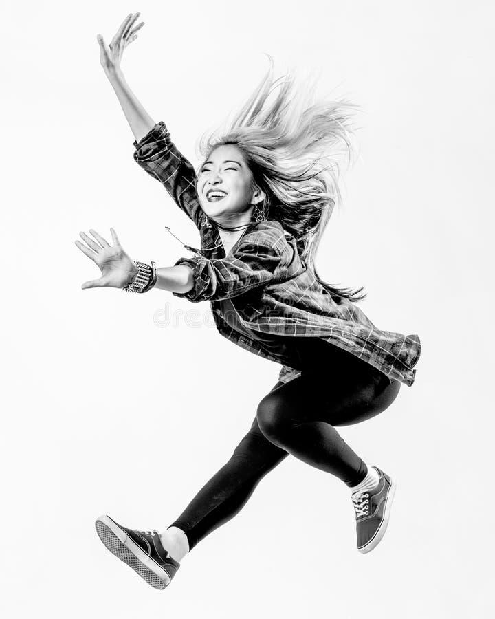 Dansaren i studio royaltyfri foto