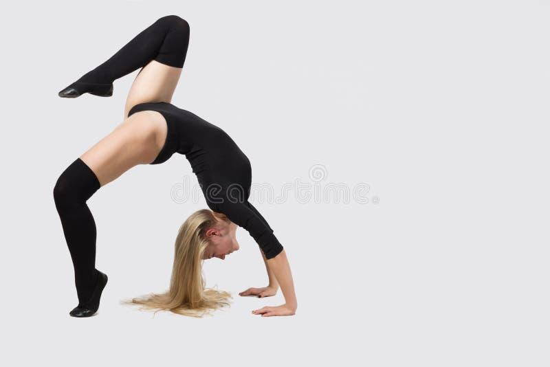 Dansaren på en vit bakgrund som gör genomkörare royaltyfri bild