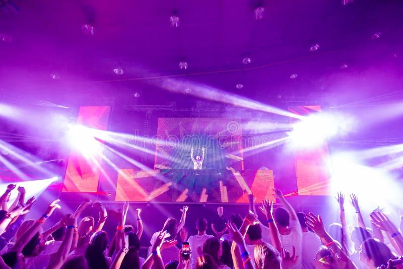 Dansclub met DJ stock afbeeldingen