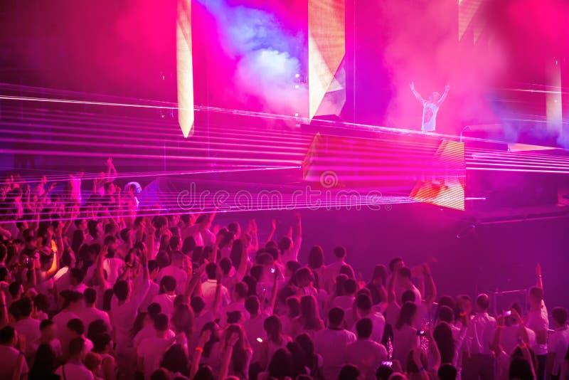 Dansclub met DJ stock afbeelding