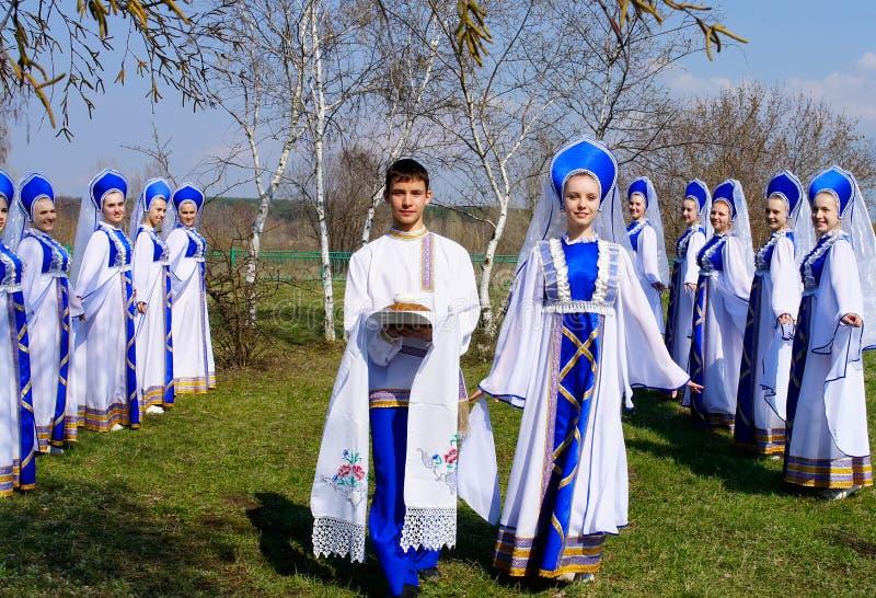Danscollective met Russisch brood en zout onder de berken royalty-vrije stock foto