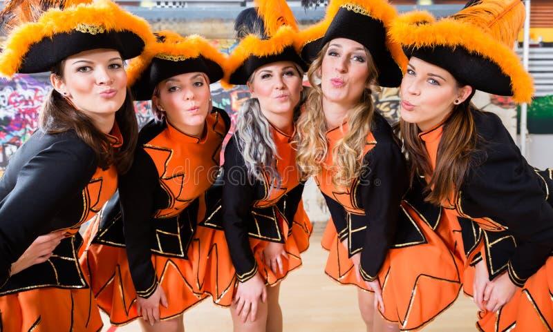 Danse allemande de groupe de folklore dans le carnaval Fasching sur Rose Monda images stock
